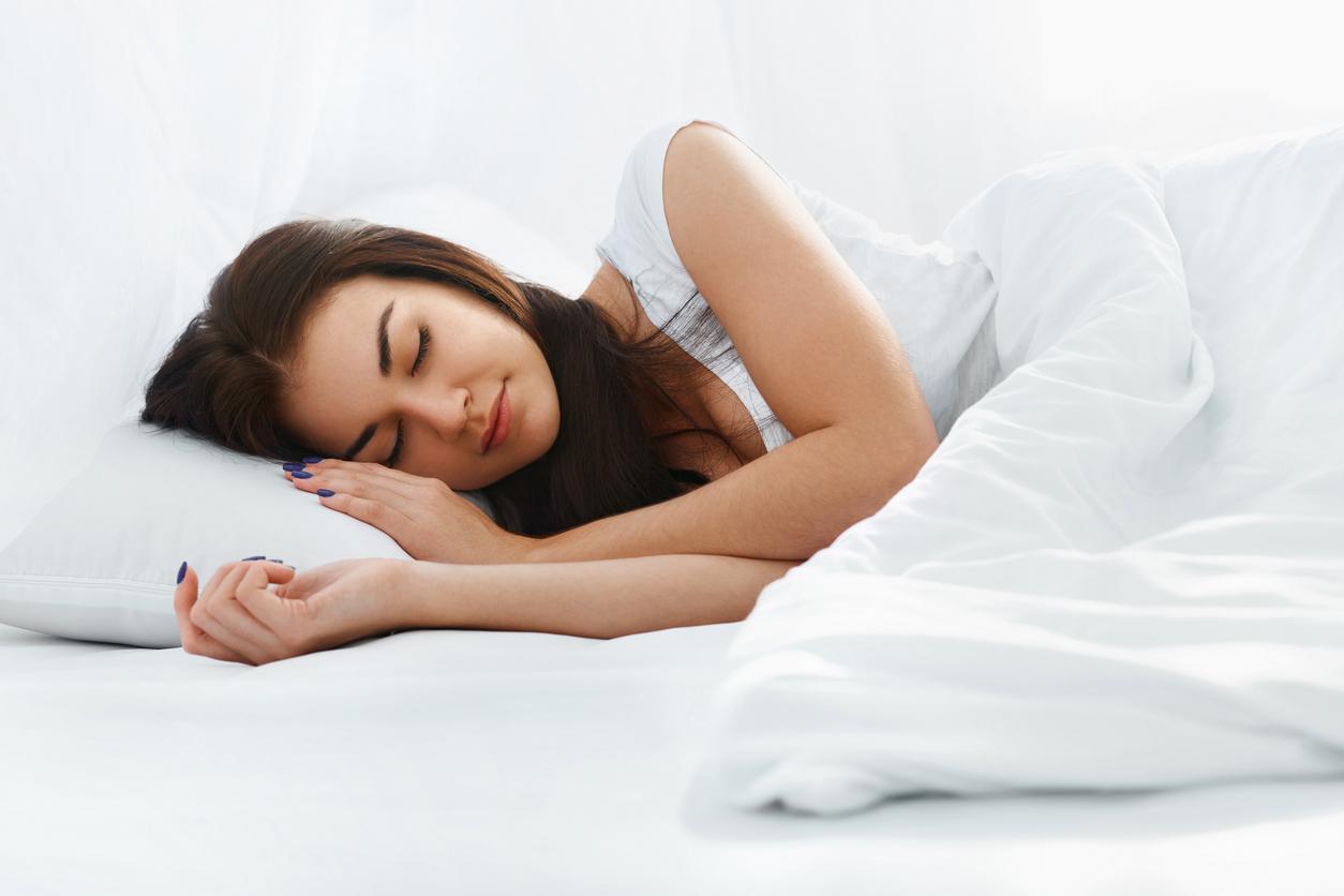 寝苦しい夏の夜にも快適な睡眠を!熱を逃がす「塩まくら」効果とおすすめ3アイテム比較
